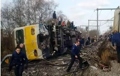 ВБельгии пассажирский поезд сошел срельсов иупал набок