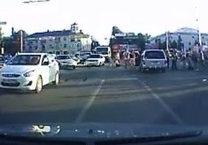 новости Симферополя - В Симферополе иномарка въехала в толпу пешеходов - очевидец