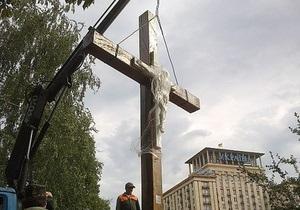 В Киеве восстановили крест, спиленный активистками FEMEN