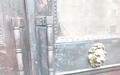 Неизвестные принесли кдверям Института памяти «похоронный» венок сименем Вятровича