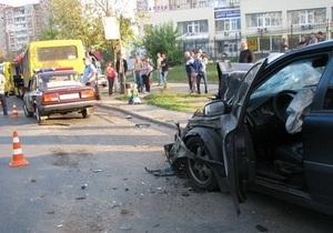 В Киеве из-за пешехода автомобиль врезался в маршрутки