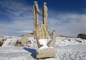 Премьер Турции распорядился снести памятник дружбы между армянами и турками