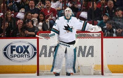 Незвичний сейв воротаря із шайбою за зашийком у матчі лідерів НХЛ