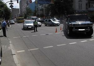 В центре Киева водитель на внедорожнике сбил женщину с двумя детьми