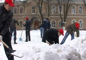 Черновецкий решил вывести студентов на уборку снега