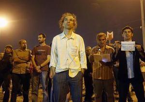 Турция - В Стамбуле демонстрант недвижимо простоял посреди площади Таксим восемь часов
