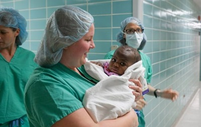Хірурги успішно видалили в немовляти близнюка-паразита