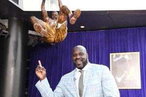 Лейкерс представили статую Шакила О'Нила и сыграли в носках с его изображением