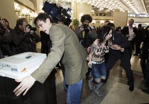 Одной из активисток FEMEN могут на пять лет запретить въезд в Россию