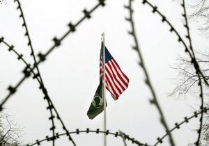 Отчет: Наемным работникам посольств США платили низкую зарплату