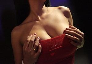 В США пьяная женщина задушила мужчину своей грудью