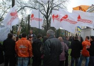Неизвестные препятствуют сторонникам Тимошенко устанавливать палатки возле харьковского суда