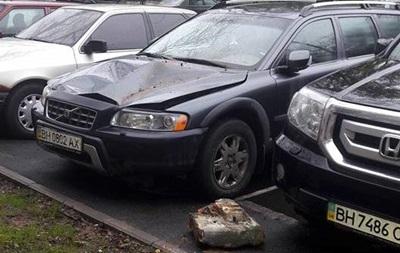 В Одессе на автомобиль упала часть стены