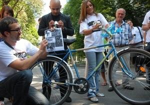 Януковичу подарили велосипед