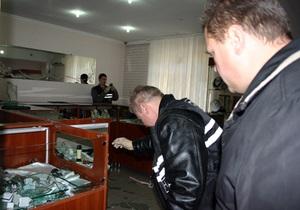 В Харькове двое в масках ограбили ювелирный отдел в супермаркете