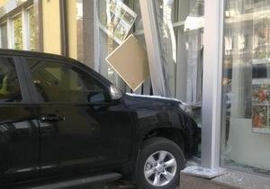 В центре Киева водитель перепутала педали и врезалась в здание информагентства