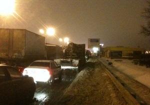 Снегопады в России: Из-за многокилометровых пробок москвичи ночевали в машинах