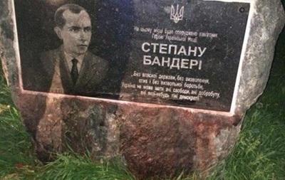 ВХмельницком залили краской мемориальную доску Бандере