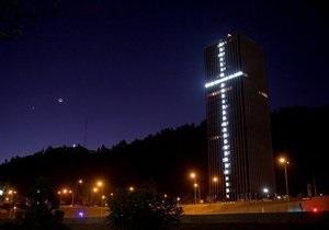 Художник воздвиг 33-этажный крест в честь чилийских горняков