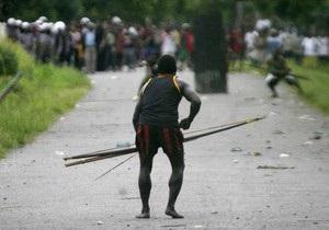 В Индонезии папуасы ранили стрелами троих полицейских