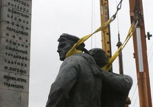 С киевской набережной убрали памятник морякам Днепровской флотилии