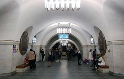 Вкиевском метро мужчина упал нарельсы