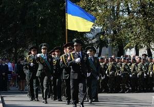 В Днепропетровске солдаты прошли маршем в честь Дня Государственного флага