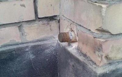 Встене спортивной школы вМарьинке обнаружили неразорвавшийся снаряд— милиция