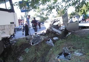 В Мариуполе автомобиль Geely столкнулся с металловозом: трое погибших