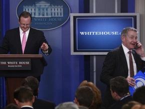 Раздраженный звонками пресс-секретарь Белого дома выбросил телефон репортера за дверь