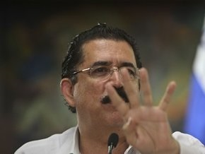Свергнутый президент Гондураса покинул страну