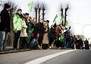 В ответ на массовый локаут тысячи учителей в Дании выстроились в 35-километровую живую цепь