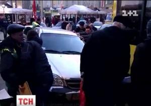 Новости Киева - брошенный Chevrolet - Майдан Незалежности - На Майдане пассажиры троллейбуса самостоятельно перепарковали брошенный Chevrolet