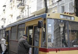 Из-за припаркованного в центре Киева Mercedes a полтора часа не ходили троллейбусы