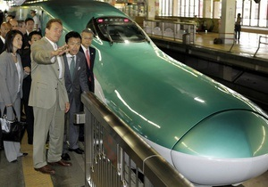 Шварценеггер прокатился в японском поезде, развивающем скорость до 320 км в час