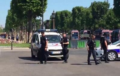В Париже автомобиль протаранил полицейский фургон