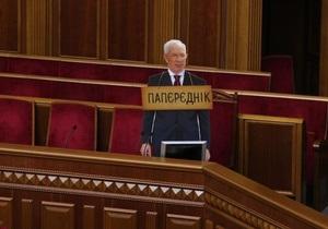 Азарова - Рада - Верховная Рада - Оппозиционер принес в Раду картонного Азарова