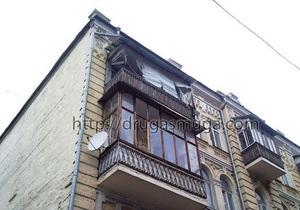 Обрушившийся в центре Киева балкон повредил несколько иномарок