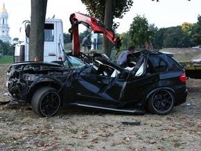 В центре Киева автомобиль BMW съехал с проезжей части. Водитель погиб