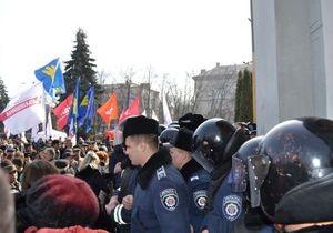 Новости Черкасс - мэр Черкасс - митинги - В Черкассах протестующие прорвались в мэрию и вынудили депутатов перебраться в другое здание