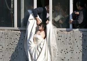 Фотогалерея: Свадьбы не будет. Китаянка в подвенечном платье предприняла попытку самоубийства