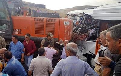 В Турции кран упал на автобус: семь жертв