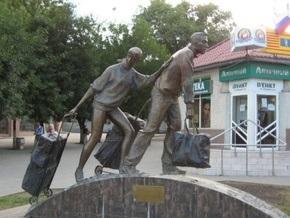В Екатеринбурге появился трехметровый памятник челнокам