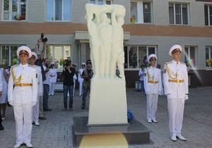 В Донецке появился памятник Отцам