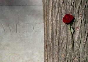 Памятник на могиле Оскара Уайльда защитили от губной помады