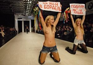 Фотогалерея: Стриптиз на подиуме. Активистки FEMEN прорвались на Украинскую Неделю моды