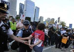 В  Нью-Йорке уборщики и охранники вышли на демонстрацию протеста