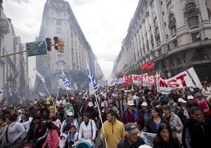 В Аргентине десятки тысяч человек протестуют против переизбрания президента на третий срок