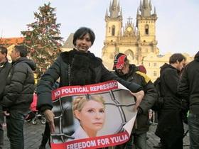 На Эйфелевой башне в Париже, а также в Праге и Амстердаме появились баннеры с изображением Тимошенко