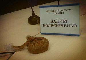 Девушке, бросившей в Колесниченко пакеты с фекалиями, грозит штраф или арест до 15 суток